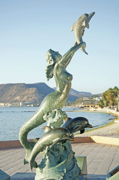Sirena y Dolfines in La Paz.  Photo © by Eduardo Ysla.